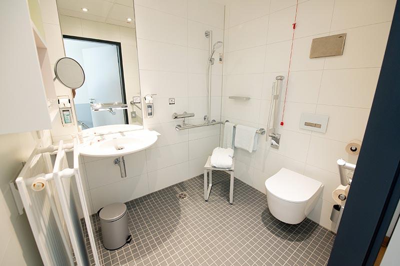 Der Anspruch der Klinikleitung des Klinikums Darmstadt, den Patienten einen Hotelcharakter zu bieten, spiegelt sich auch in den Badezimmern der Wahlleistungszimmer wieder. Hier folgte man den Empfehlungen des RKI und setzte spülrandlose WCs ein. Die Wahl fiel auf das Modell RP von TOTO. Foto: TOTO