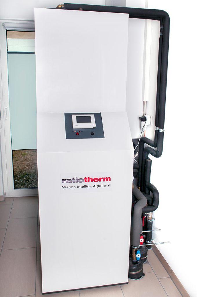 """In den Wohnhäusern der Anschlussteilnehmer steht jeweils die Übergabestation, bestehend aus einer integrierten """"kleinen"""" Wärmepumpe und einem Warmwasserspeicher. Bildquelle: ratiotherm GmbH & Co. KG, Dollnstein"""