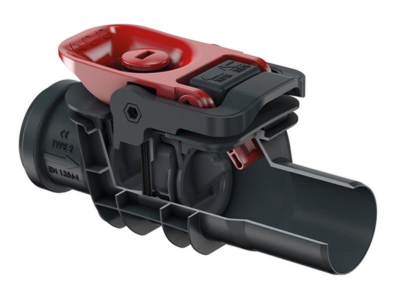 Der neue Rückstauverschluss ACO Triplex, hier Typ 2 mit DN 50, besitzt 2 Pendelklappen und einen innovativen (zum Patent angemeldeten) Notverschluss: Er liegt im geöffneten Zustand auf dem Gehäusedeckel auf und wird zum Verschließen einfach hoch gezogen (Signalwirkung). Bildquelle: ACO Haustechnik