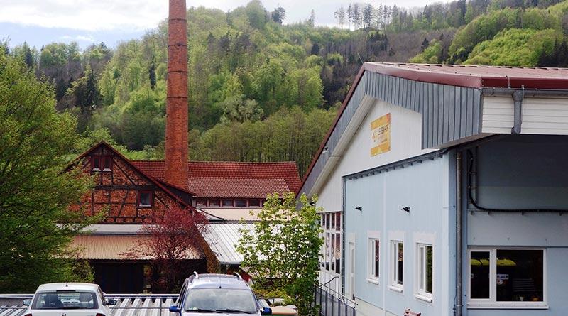 Lehenhof Talwerkstätten rechts, im Hintergrund die ehemalige Ziegelei, heute ein Teil des Sonett-Betriebsgeländes. Foto: König
